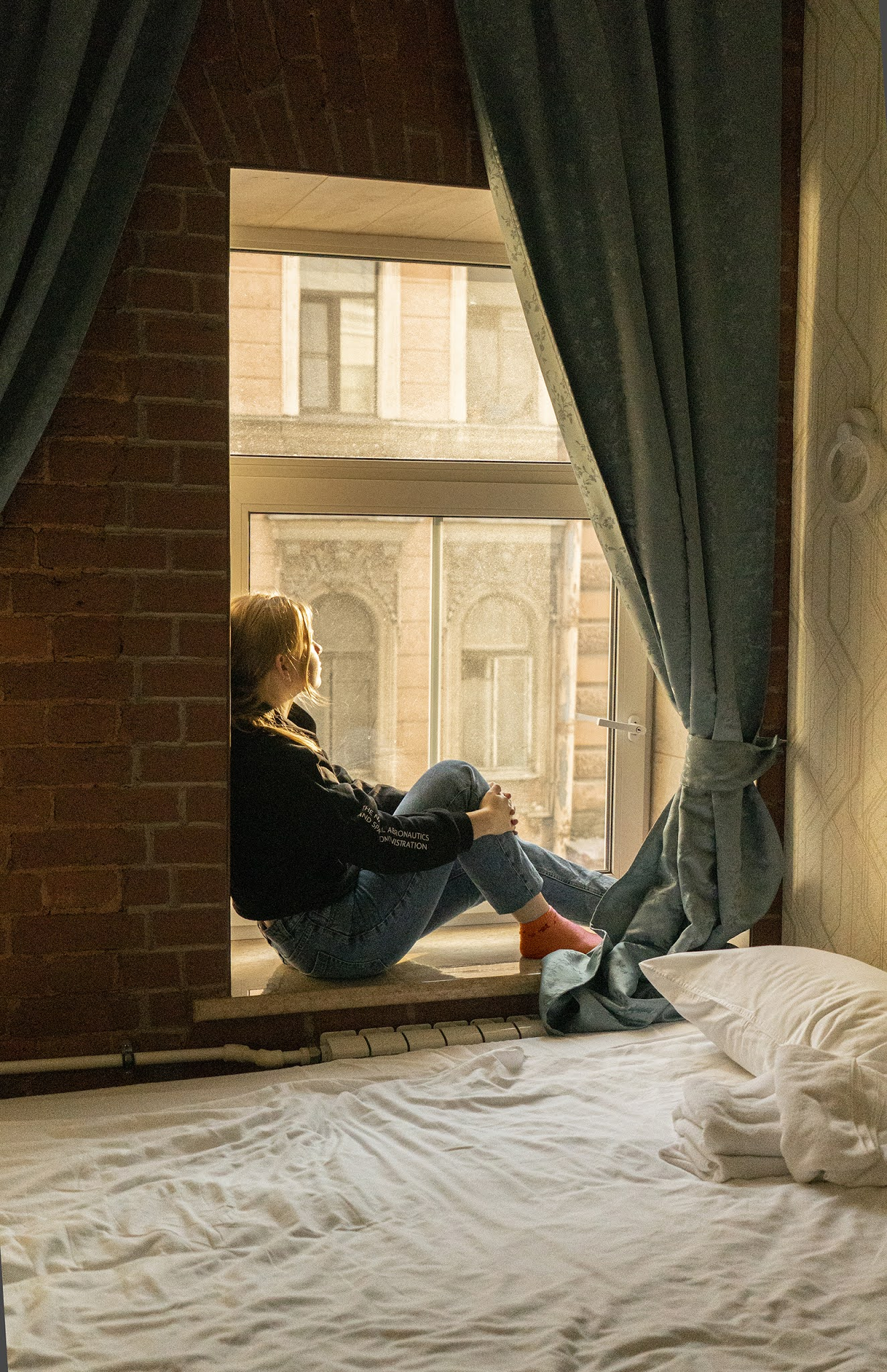 photo Igor Novik St. Petersburg atmosphere sitting on the window sun avenue cozy interiors girl on the window girl on the window seeing off St. Petersburg dreams