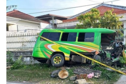 Mini Bus Tabrak Pagar Rumah Warga,Dua Penumpang Meninggal