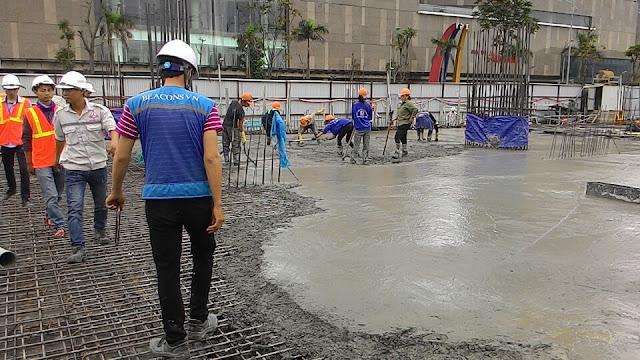 Các công nhân đang đổ bê tông sàn 1 tầng của tòa K1