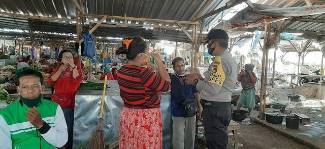 Polres Lombok Tengah Beri Himbauan Protokol Kesehatan Di Pasar Renteng.