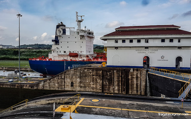 Navio atravessando as Eclusas de Miraflores, no Canal do Panamá
