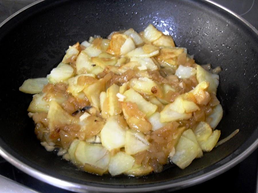 Sofrito de patatas, cebolla y ajo