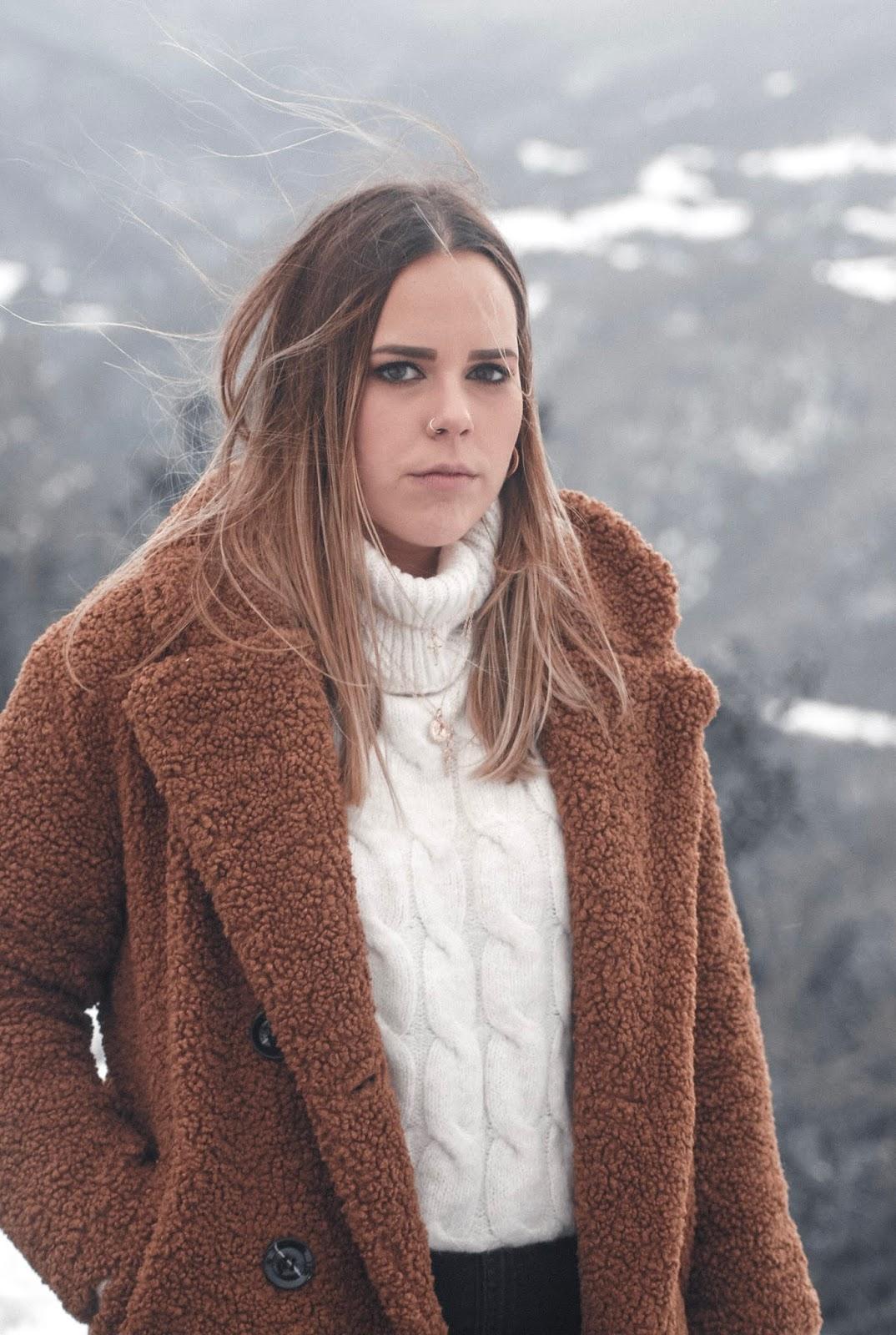 Outfit en la nieve con abrigo de borreguillo