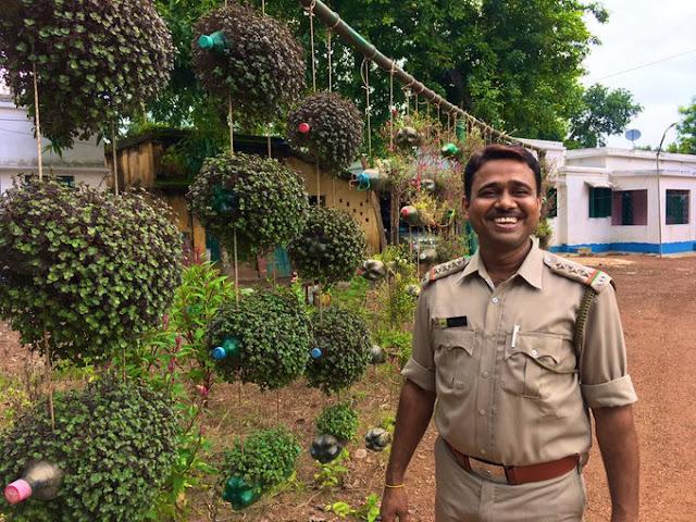 वन अधिकारी ने प्लास्टिक की पुरानी बोतलों में पेड़ उगाकर बनाया बगीचा - newsonfloor.com