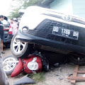 Breaking News: Diduga Epilepsi Kumat, Pengendara Mobil Tabrak Sejumlah Kendaraan