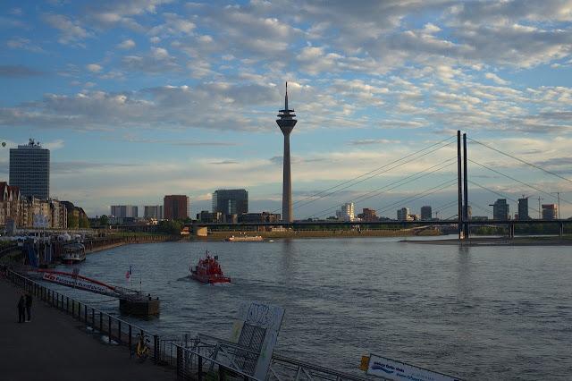 デュッセルドルフ ライン川とテレビ塔