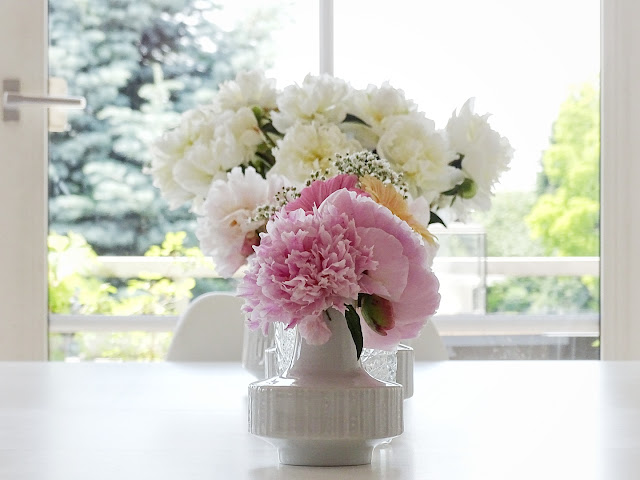 Gefüllte Pfingstrosen in Vasen arrangiert - www.mammilade.blogspot.de - 5 Lieblinge, Momente und Fotomotive der Woche