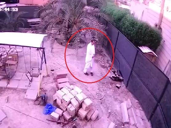 في الكويت، فيديو صادم  .. الأرض تنشقّ فجأةً وتبتلع مواطناً !