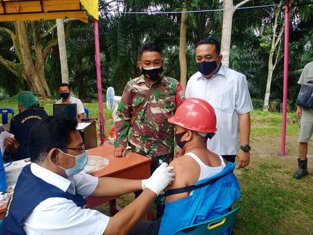 Vaksinasi Ke ll Kepada Masyarakat Turut Serta Dimonitor Personel Jajaran Kodim 0207/Simalungun Diwilayah Binaan