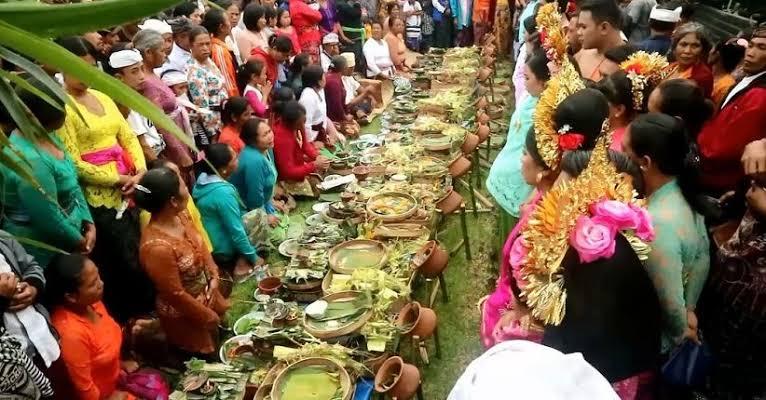 Tradisi dan Budaya Bali Nikah Massal di Pengotan