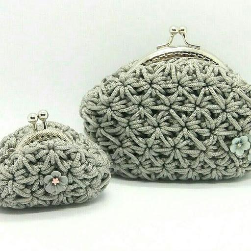 Portamonete e portachiavi all'uncinetto con chiusura clic clac grigio perla