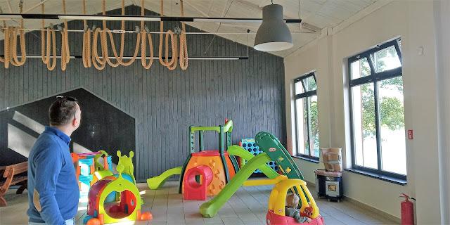 pawilon z placem zabaw dla dzieci w ośrodku na kaszubach