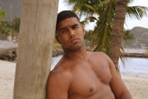 Sancler de Souza posa sem camisa para ensaio sensual