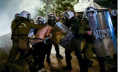 Σάλο έχει προκαλέσει φωτογραφία από τα επεισόδια που έγιναν   αμέσως μετά το τέλος της πορείας για τον Αλέξη Γρηγορόπουλου