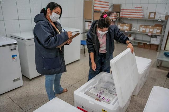 Funcionárias da Rede Estadual de Frio verificam quantidade de vacinas desembarcadas e armazenadas para aplicação