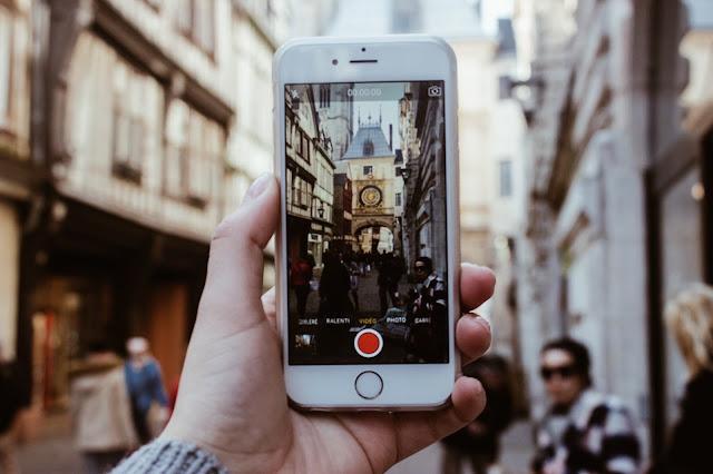 Reflet du Gros Horloge au travers d'un iPhone