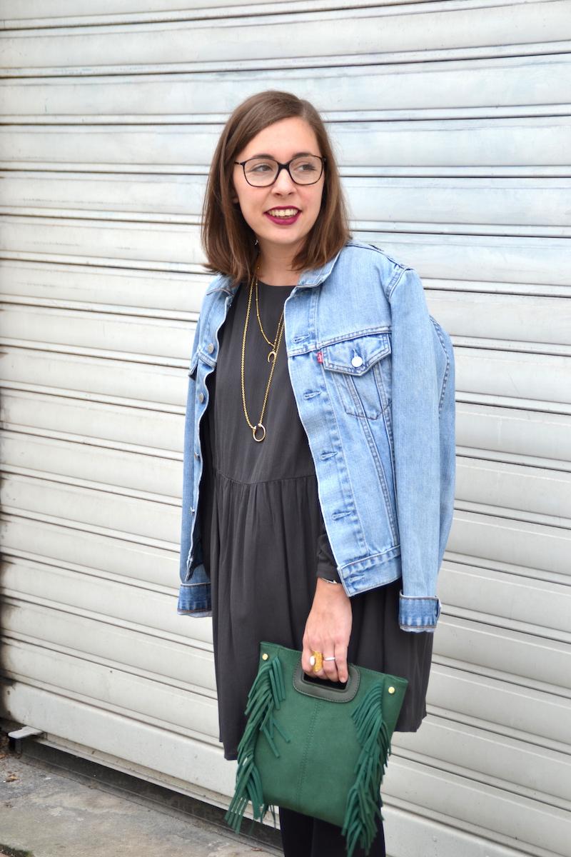 veste en jean Levi's, robe grise American Vintage, sac a frange vert Sammydress, collants noirs, rouge à lévre prune
