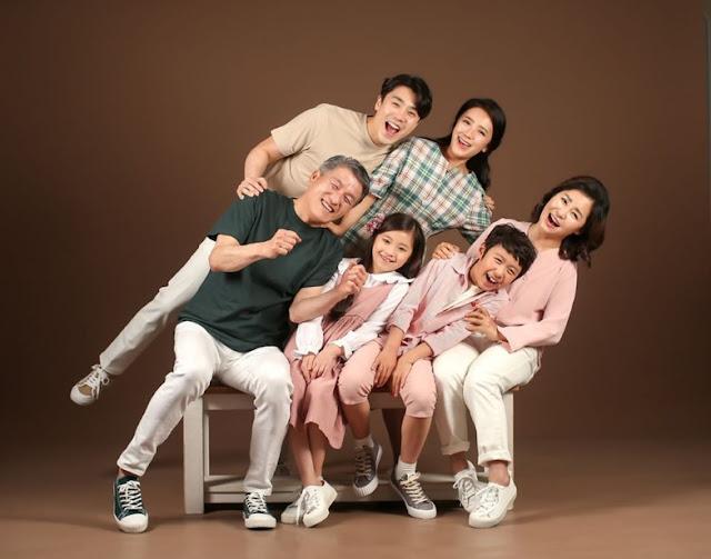 pose-miring-foto-keluarga-ceria