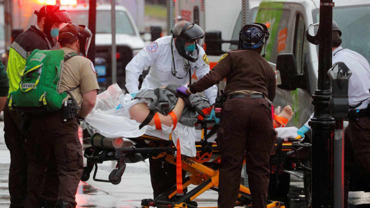 Os médicos do EMS de Boston trabalham para ressuscitar um paciente a caminho da ambulância em meio ao surto da doença coronavírus (COVID-19) em Boston, Massachusetts, em 27 de abril de 2020. Brian Snyder | Reuters