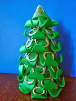 http://creacionesbatiburrillo.blogspot.com.es/2013/12/arbol-navidad-goma-eva-y-anillas-lata.html