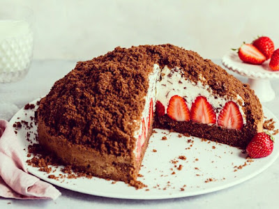 Mole cake with strawberries