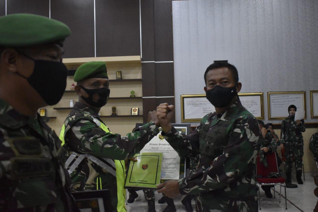 Pangdam II/Swj Berikan Penghargaan Kepada 2 Orang Anggota Kodim 0421/LS Berprestasi.