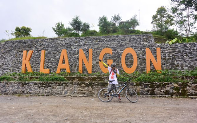 Kalau wisatawan lain foto di Gardu Pandang, aku sih foto di sini saja