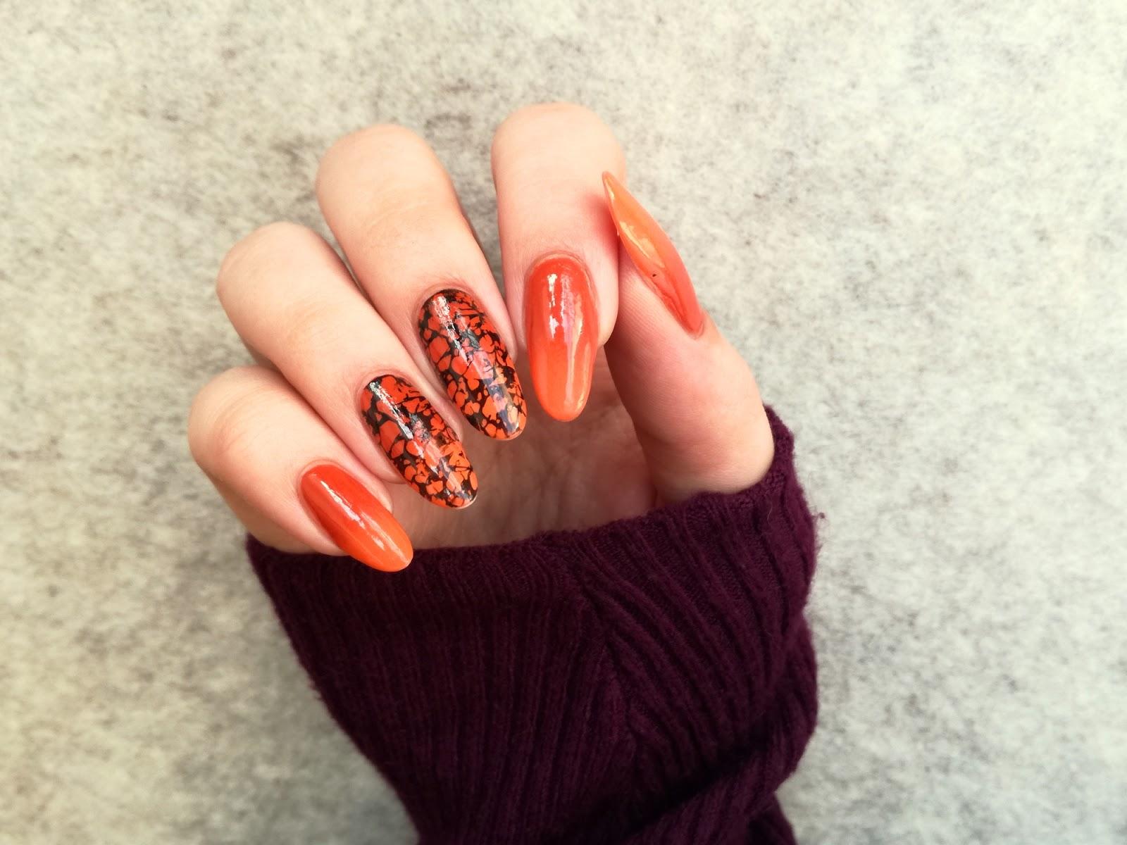 paznokcie pomarańczowe z czarnym akcentem