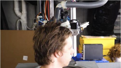 Vídeo: Mira Robo-Barbero IA cortando el pelo  en el mundo post-COVID