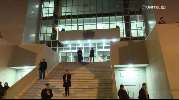 Resguardo policial en la Casa Grande del Pueblo la noche antes del motín que precipitó la renuncia de Morales / CAPTURA UNITEL