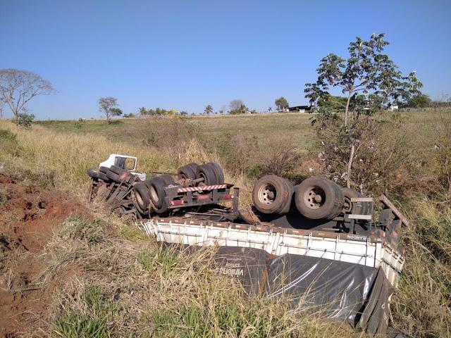 Motorista perde o controle da direção e caminhão tomba em ribanceira