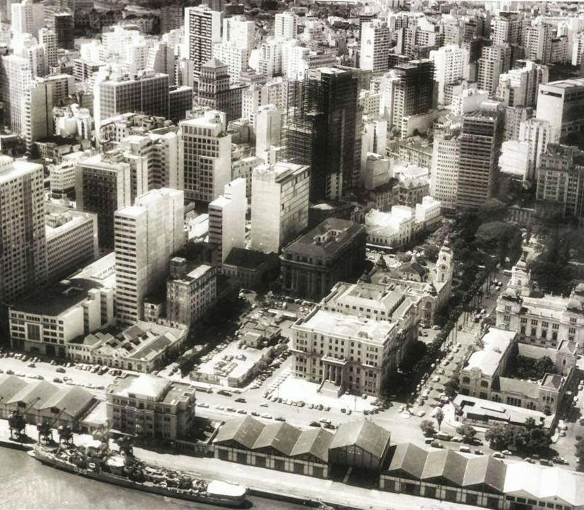 Cais do Porto de Porto Alegre e área da Praça da Alfândega, no canto direito da foto.