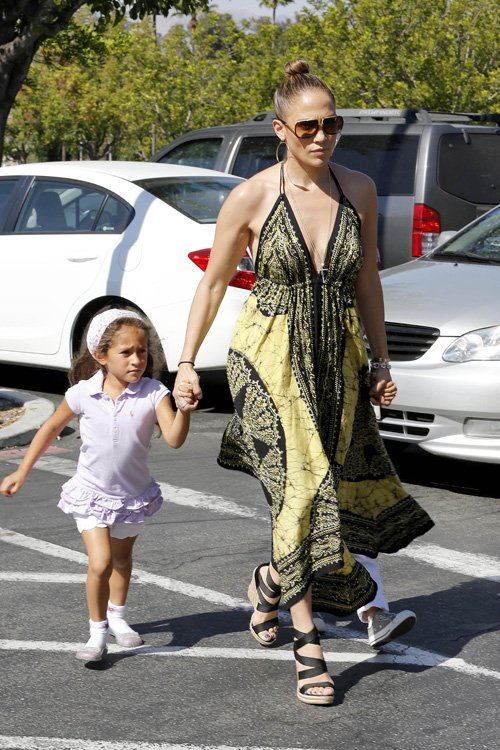 jennifer lopez with her twin daughters