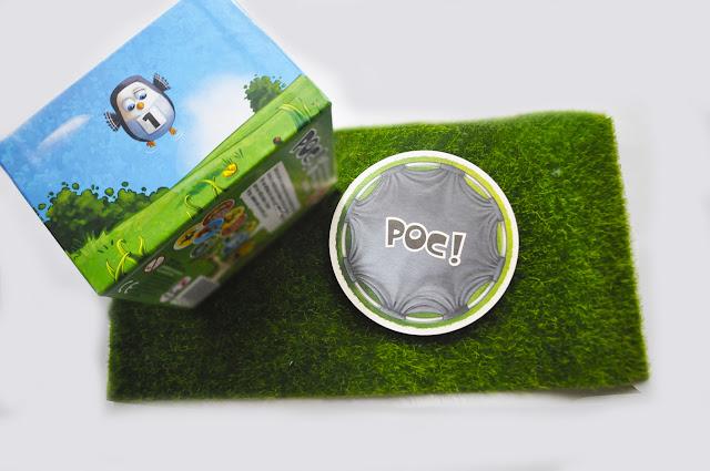sobre un césped artificial la caja del juego, se ve a un pingüino intentando volar