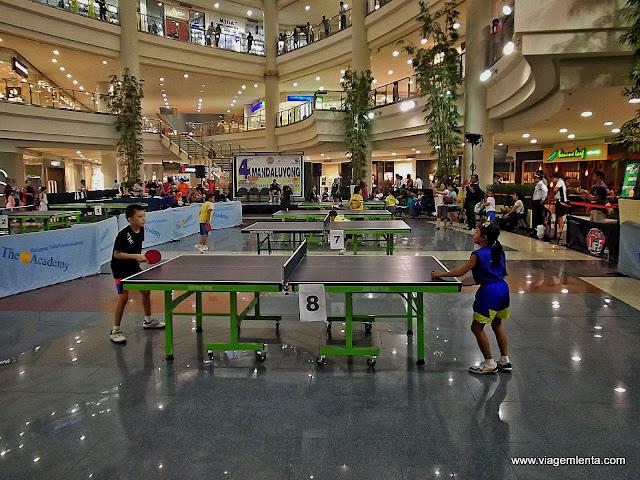 Treino de tênis de mesa em shopping center
