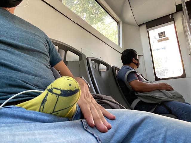 sacando el pene del bus