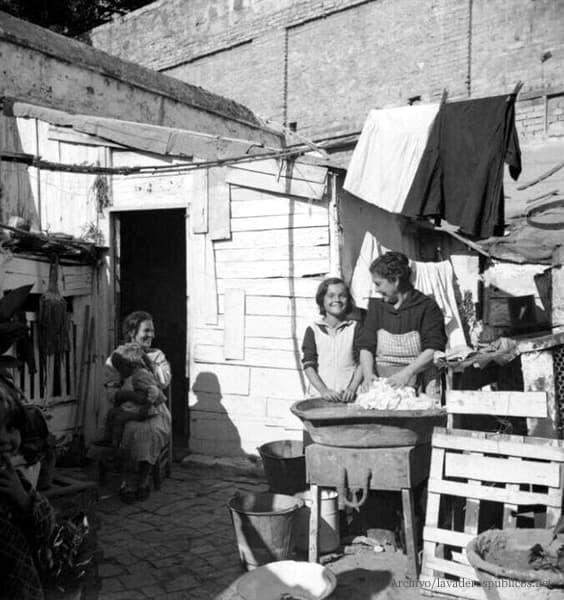 mujer-lavando-la-ropa