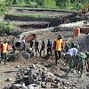 Polri Utamakan Kebersamaan Dengan TNI Di Jeneponto Pada TMMD Ke 108 Membangun Jembatan Dan Merintis Jalan Desa