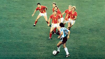 """A perna esquerda de Maradona era, na verdade, um fantástico pincel que produziu geniais """"pinturas"""" pelos gramados do mundo."""