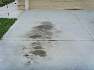 6 maneiras de remover manchas de óleo de uma entrada de automóveis