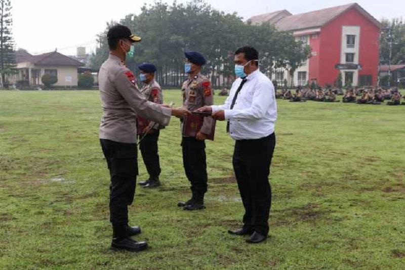 Kapolda Jabar Beri Penghargaan Kepada Tiga Orang Anggota Brimob yang Berprestasi