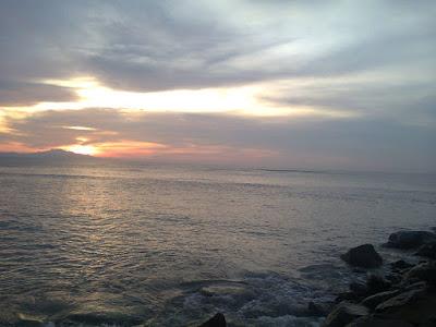 Menyusuri Keindahan Pantai dan Sunset Alue Naga