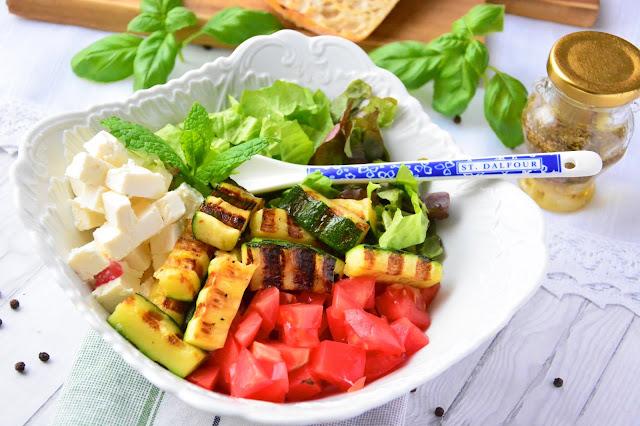 Sałatka z grillowaną cukinią, pomidorami i fetą.
