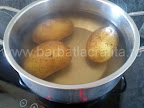 preparare reteta crochete de peste - cartofii intregi pusi la fiert in cratita cu apa