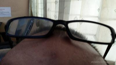 Kacamata baca ditaruh di atas kepala itu susah dicari.