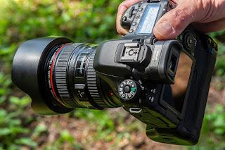 7 Rekomendasi Kamera Terbaik Untuk Fotografi - Kamera adalah salah satu perangkat paling penting yang anda butuhkan untuk mengabadikan momen yang tak terlupakan seumur hidup anda. Baik itu saat hari ulang tahun, jalan-jalan, liburan atau acara lainnya.  Mungkin, dengan begitu banyak jenis kamera yang tersedia saat ini, sulit untuk anda memilih kamera yang tepat dan memenuhi kebutuhan anda yang sesuai dengan budget anda. Jadi, dalam posting ini, kami akan membahas tentang 7 Rekomendasi Kamera Terbaik Untuk Fotografi :