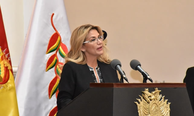 """Presidenta Áñez afirma que el Gobierno heredó una YPFB """"aún sana, pero con debilidades"""""""