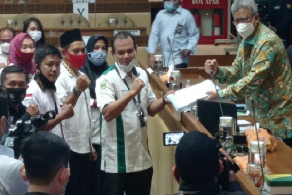 Jokowi 2 Kali Terbitkan Keppres Pengangkatan PNS, Guru dan Tendik Honorer Juga ................