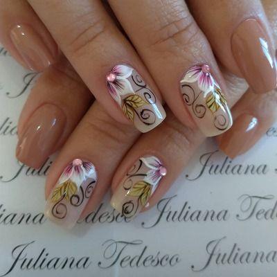 unhas nude com florzinhas coloridas