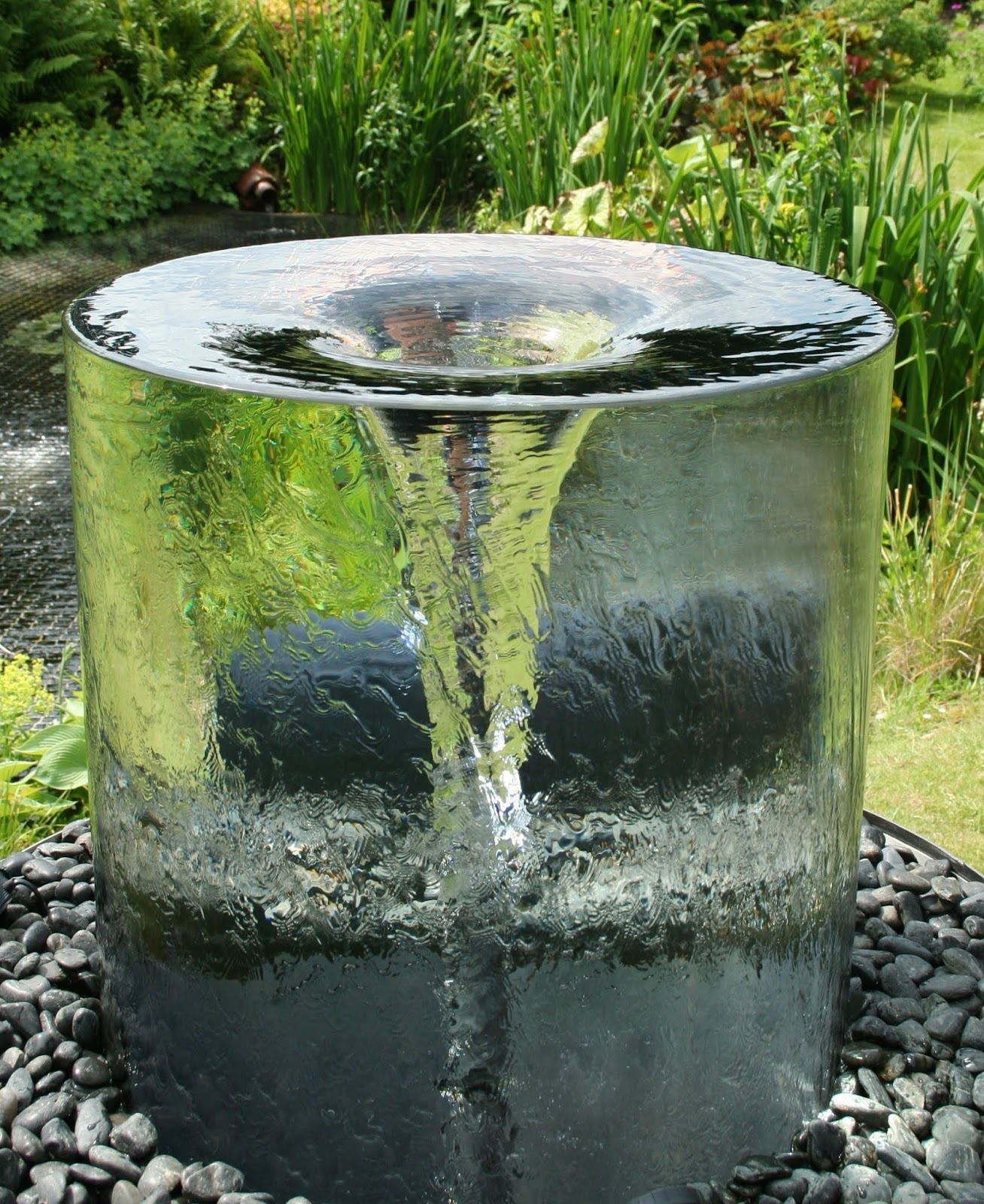 Beau Hermosa Fuente Para Jardín Con Tornado De Agua Y Material Transparente.